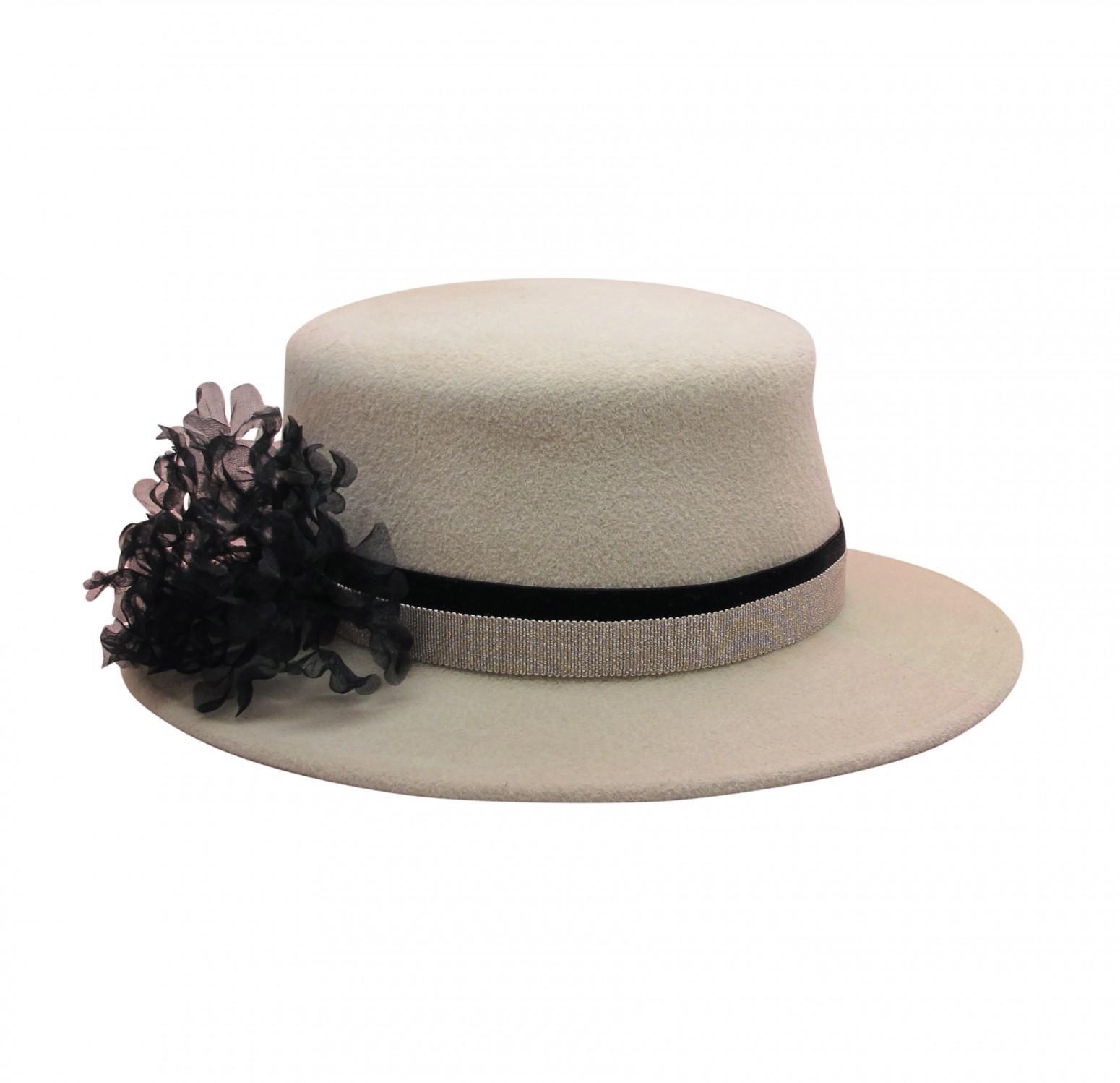 帽围有缎带,丝花及珍珠装饰,全在纽约手工制作.